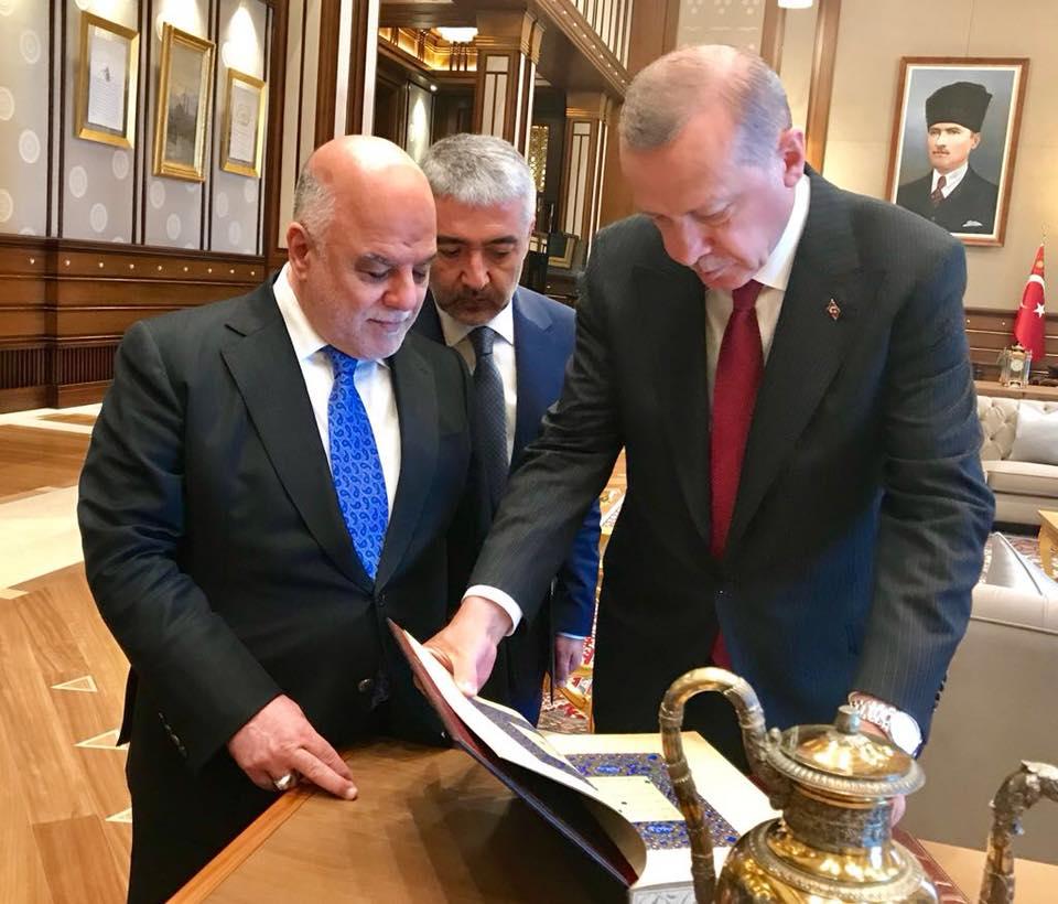 اردوغان يهدي العبادي نسخة من المصحف الكريم